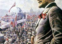 """Sosyalizm komünizm farkı nedir? Güncel sözlükte """"Sosyalizm: Değiş tokuş ve üretim LENİN VE KALABALIKLAR araçlarının ortaklaşa kullanılması yoluyla toplumsal sınıfları ortadan kaldıran, toplumun örgütlenmesinde köklü bir değişiklik amaçlayan toplumsal öğreti, toplumculuk."""" Komünizm: """"1. Bütün malların ortaklaşa kullanıldığı ve özel mülkiyetin olmadığı toplum düzeni. 2. Böyle bir düzenin kurulmasını amaçlayan siyasal, ekonomik ve toplumsal öğreti"""" olarak geçmektedir. Burada on maddede aralarındaki farkı inceleyeceğiz. Şunu önceden belirtmeliyiz ki ikisi rakip ya da karşıt olgular değildir. Marx'ın Kapital'inde belirttiğine göre: kapitalizmden sonra sosyalizm egemen olacaktır. Daha sonra da komünizm kurulacaktır. Marx'ın tarih teorisine göre sosyalizm bir geçiş aşamasıdır. Bakınız: dmy.info/ Sosyal Devlet nedir? Komünizm sosyalizmin bir türüdür. Sosyalizmin diğer türlerinden: sosyal demokrasi, liberal sosyalizm, anarşizm, İslami sosyalizm sayılabilir. Sosyalizm bir ekonomik sistemdir. Komünizm hem ekonomik hem de politik bir sistemdir. Sosyalizm eşit bir yaşam sunarken ederken, komünizm hem eşit bir yaşam hem de eşit bir yönetim sunar. Bakınız: dmy.info/Dünyanın kısa ekonomi tarihi İkisi de toplumsal eşitliği savunur. Ancak yönetim aşamasında ayrılır. İkisi de toplumdaki eşitliği savunurken Komünizm sosyalizmin radikal- uç noktası olarak anlaşılır. Sosyalizmde insanlar ekonominin yönetiminde söz sahibidir. Çoğunluğun kararı uygulanır. Komünizmde tek parti vardır. Parti otoritesi geçerlidir. Gelir dağılımında: sosyalizm bireyin verimliliğine bağlı olarak dağıtımı savunurken, komünizm bireyin ihtiyacına göre gelir dağılımı savunur. Sosyalizmde özel mülkiyet mümkündür. Üretim araçlarının devlete ya da bireylere ait olduğu şekiller mevcuttur. Komünizmde üretim araçları devletindir. Özel mülkiyet yoktur. İkisinde de özel mülkiyet kişileri sömürme amaçlı kullanılamaz. Sosyalizm kapitalizmle beraber yaşayabilir ve bunu bir geçiş imkanı olarak değerlendirir. Ancak komünizm sın"""